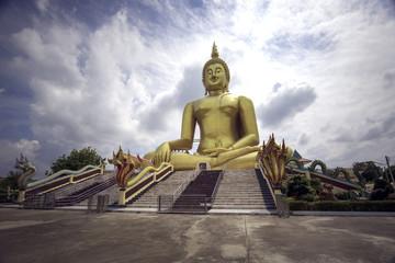 アーントーン県ワットムアンのタイ国最大の黄金の大仏