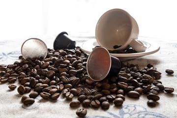 Tazza da caffè con chicchi di caffè e cialde
