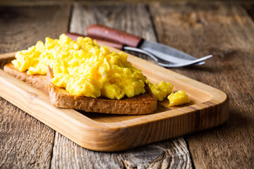 Scrambled eggs on two pieces of toast