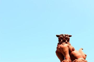 青空の下の獅子