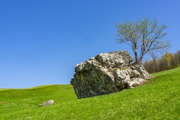 Roccia isolata nella valle