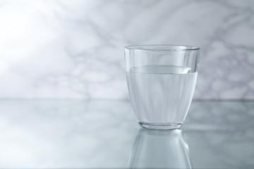 水が注がれた神秘的なグラス Mysterious glass filled with water