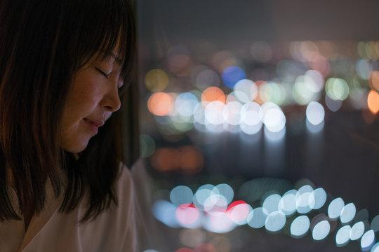 night portrait at window side 夜の窓際の女性