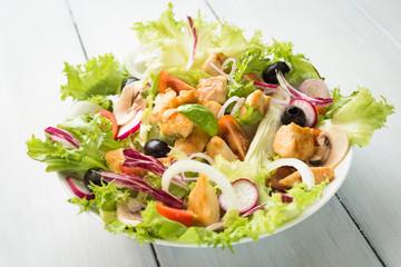 Insalata mediterranea di pollo e verdure fresche