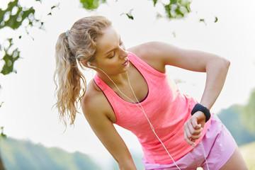 Junge Frau schaut auf ihre Smartwatch
