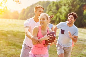 Gruppe Teenager beim Rugby spielen