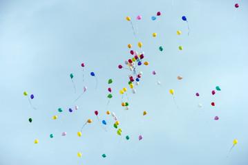 Palloncini nel cielo blu