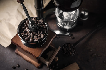 Foto op Textielframe Cafe Japanese siphon coffee maker and coffee grinder on old kitchen table