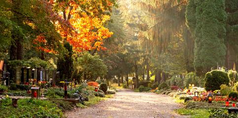 Tuinposter Begraafplaats Friedhof im Herbstlicht