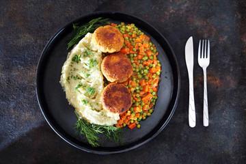 Fototapeta Zdrowa dieta warzywna. Wegański kotlet z kalafiora podany z ziemniakami i marchewka z groszkiem  obraz