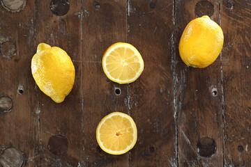 Cytryna zwyczajna. Owoce cytryn ułożona na drewnianej desce