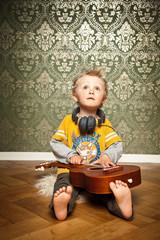 niedlicher Junge spielt Gitarre
