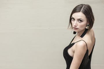 bellissima donna  con abito elegante nero ripresa dall'alto