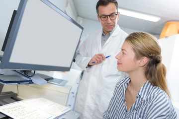 patient and doctor look at screen tp discuss treatment details