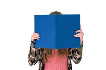 Mädchen liest ein großes blaues Buch, dessen Cover mit einem Text versehen werden kann