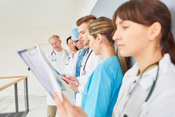 Gruppe Medizin Studenten und junge Ärzte