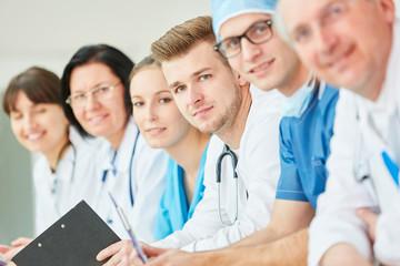 Junger Arzt und Kollegen als erfolgreiches Team