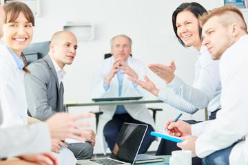 Ärzte und Klinik Personal führen eine Diskussion