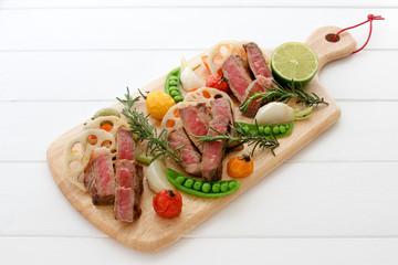 牛肉のステーキと野菜のグリル