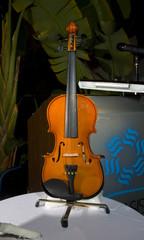 violin sobre la mesa