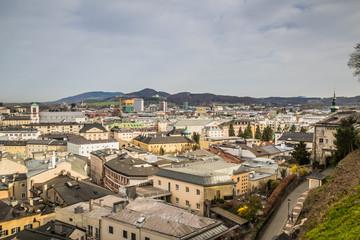 Aussicht auf die Stadt Salzburg von Kapuzinerberg in Frühjahr - Salzburg, Österreich