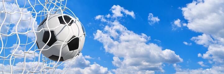 Panorama Fußball im Tor vor Himmel im Sommer