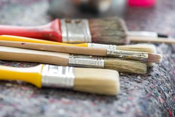 Maler Pinsel und Farb Dosen in Werkstatt