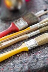 Farbpinsel auf Malerunterlage in Werkstatt