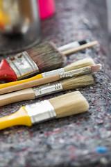 Maler Pinsel und Farbdose auf Malerunterlage