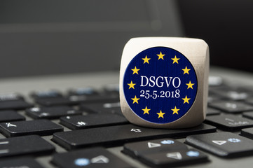 Würfel auf Tastatur mit DSGVO GDPR Europa Schloss Datenschutzgrundverordnung