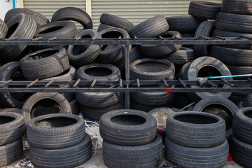 The old used tires were dropped a lot. Old tires can be used to process products.
