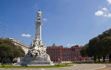 The Columbus' monument. Behind, the government palace La Casa Rosada (Pink House).  Buenos Aires, Artentina