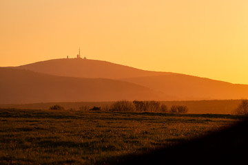 Der Brocken bei Sonnenuntergang im Sommer
