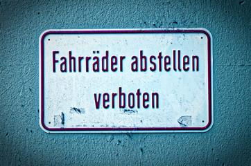 Hinweisschild und Verbotsschild mit der Warnung auf deutsch Fahrräder abstellen verboten in englisch parking Bikes is not allowed
