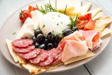 Piatto con mozzarella di bufala, prosciutto, salame e pecorino, Italian Foods