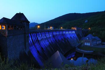 Edersee Staumauer beleuchtet zur blauen Stunde