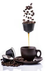 tazzina di  espresso caldo preparato con macchina del caffè  in capsule