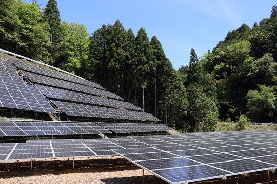 山間部に建設されてる太陽光発電所