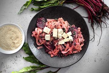 Tagliatelle z burakiem i tofu. Wegetariański makaron z warzywami.