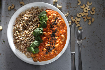 Gulasz wegetariański z warzyw i orzechów nerkowca