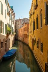 Schmaler Kanal in Venedig
