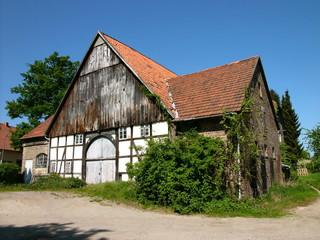 Schöner alter Bauernhof mit Holz und Fachwerk vor blauem Himmel bei Sonnenschein in Hagen bei Lage im Kreis Lippe in Ostwestfalen