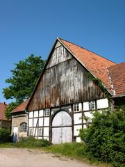 Schönes altes Bauernhaus mit Fachwerk vor strahlend blauem Himmel in Hagen bei Lage im Kreis Lippe in Ostwestfalen