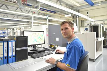 Ingenieur am Arbeitsplatz in einer Fabrik zur Herstellung und Entwicklung von Elektronik // Engineer at the workplace in a factory for the production and development of electronics