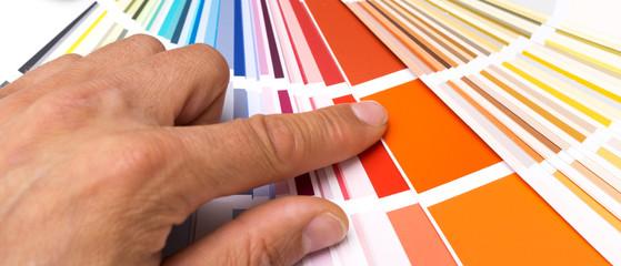 Grafiker sucht Farbe aus Farbkarte aus