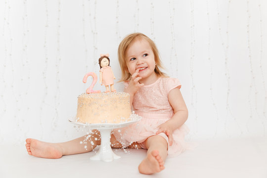 Cake for the second birthday. Portraits with cake. Cake Smash