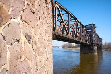 Hubrücke über dem Fluss Elbe bei Magdeburg