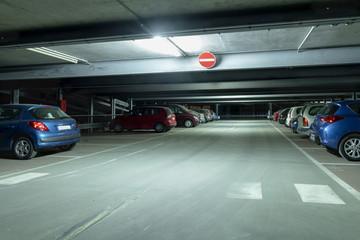 Mit Pollenstaub bedeckte Autos in einem Parkhaus bei Nacht