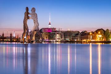 Blick über die Spree mit Molecule Man und Skyline von Berlin