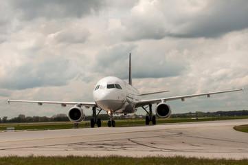 Passagierflugzeug auf der Start-/Landebahn
